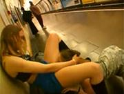 Muschi lecken in der Londoner Ubahn