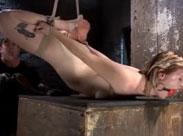 Sklavin an die Decke gehangen und ausgepeitscht