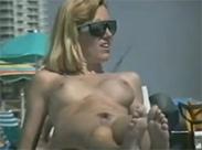 Sexy Girls am Strand gefilmt