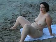 Hausfrau mit Brille zeigt sich nackt am Strand