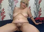 Geile Oma masturbiert vor Webcam