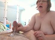 Hässliche Alte beim Abmelken