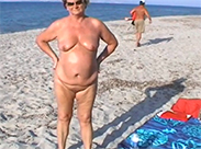 Nackte Oma am Strand