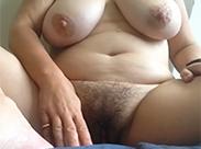 Behaarte Milf masturbiert