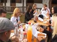 Handjob heimlich unter dem Tisch