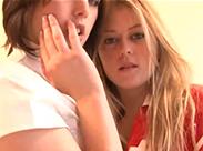 Junge Krankenschwester und ihre Lesben Freundin