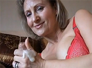 Reife Hausfrau wichst den Pimmel