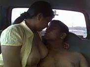 Inderin beim Sex im Auto