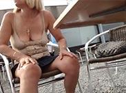 Reife Blondine zieht outdoor blank