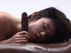 Sexy Asiatin verwöhnt schwarzen Kerl