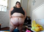 Extrem fette Schlampe beim Striptease