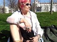 Geile Oma zieht öffentlich blank