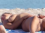 Nacktes Strand Luder beobachtet