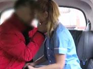 Krankenschwester im Fick Taxi verführt