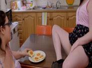 Dicke Lesben haben Sex in der Küche