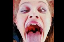 Verrückte Schlampe schluckt dicke Dildos