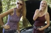 Zwei fremde Mädchen blasen seinen Schwanz