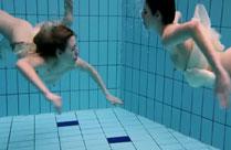 Junge Mädchen nackt unter Wasser