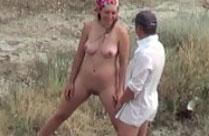 Mann und Frau pissen zusammen