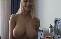 Blondine zeigt euch ihre grossen Brüste
