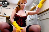 Frau fingert sich mit Gummihandschuhen