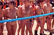 Mädchen joggen nackt durch die Stadt